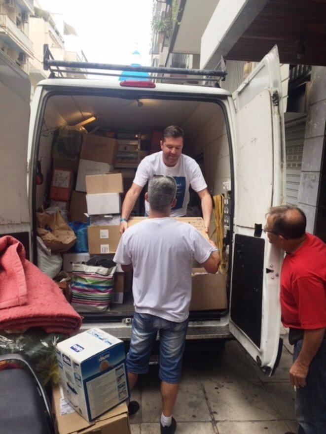 Livraison des médicaments au local de stockage du dispensaire du Pirée © Philippe Gasser