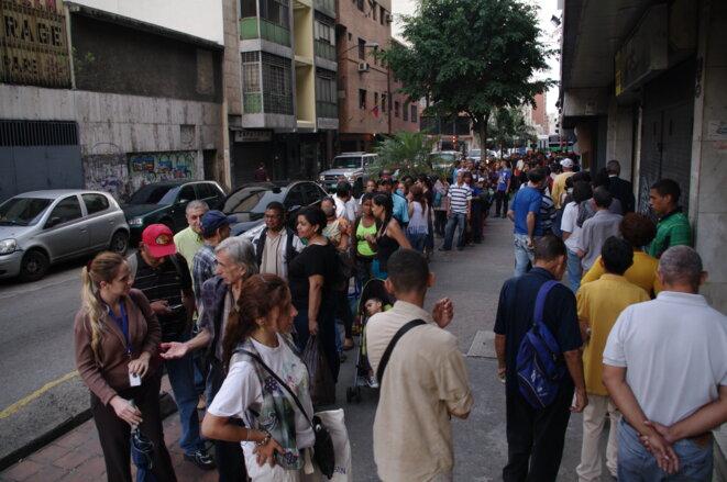 File d'attente pour acheter des baguettes à 100 bolivars © JBMOUTTET