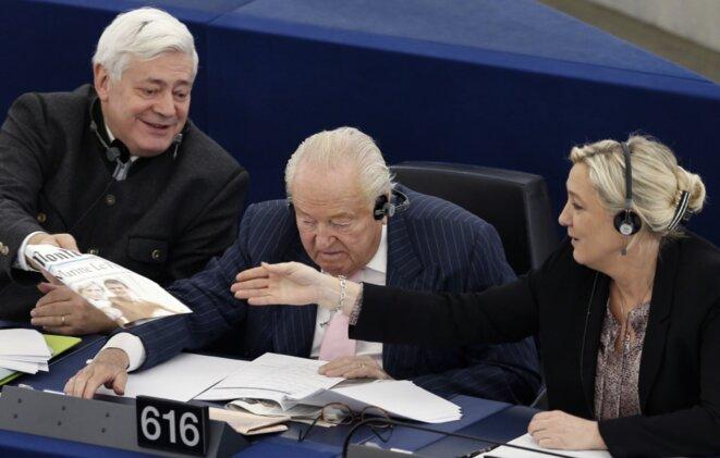 Bruno Gollnisch, Jean-Marie Le Pen et Marine Le Pen au parlement européen en décembre 2013, avant que le fondateur du FN ne soit exclu de son parti. © Reuters
