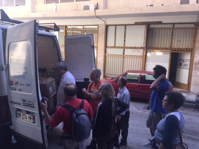 Livraison des fournitures à destination des migrants, hébergés au squat de Notara 26 © Philippe Gasser