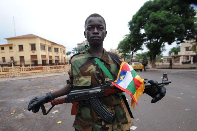"""Centrafrique : L'enfant-soldat de la rébellion Séléka, surnommé """"Colonel"""",  le 25 mars 2013 à Bangui © Sia KAMBOU/AFP"""