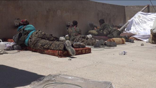 Des combattants kurdes lors de la prise de Manbij, le 8 août 2016 © Matthieu Delmas