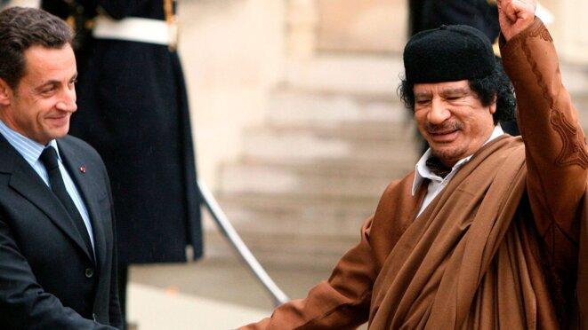 Nicolas Sarkozy et Mouammar Kadhafi, en 2007, à Paris © Reuters