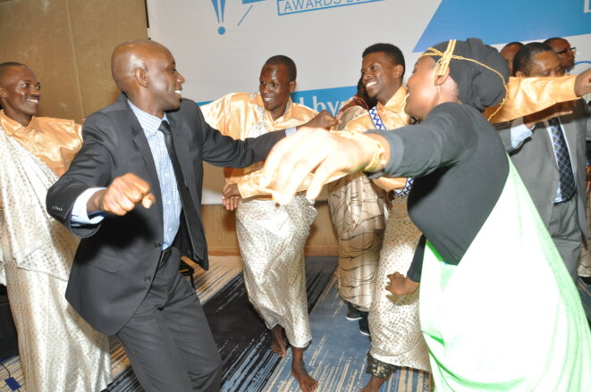 Le Ministre Kaboneka Francis danse avec la formation Impamyabigwi des Journalistes rwandais a l'hotel Mariott © Nzeyimana Viateur, Ishya n'Ihirwe