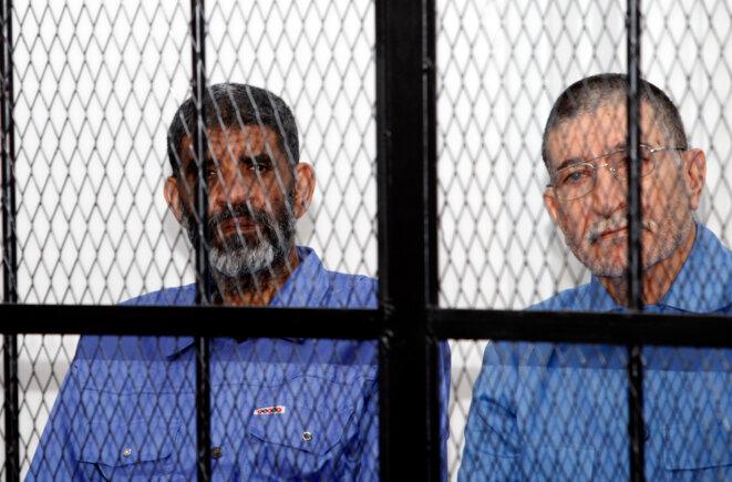Abdallah Senoussi (à gauche), le 14 avril 2014, lors de son procès à Tripoli, en Libye. © Reuters