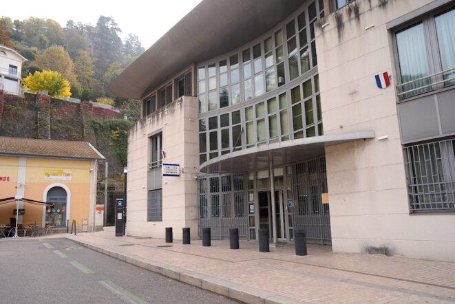 L'hôtel de police de Vienne, accolé à la gare, où Adlène Hicheur doit pointer trois fois par jour. © LF