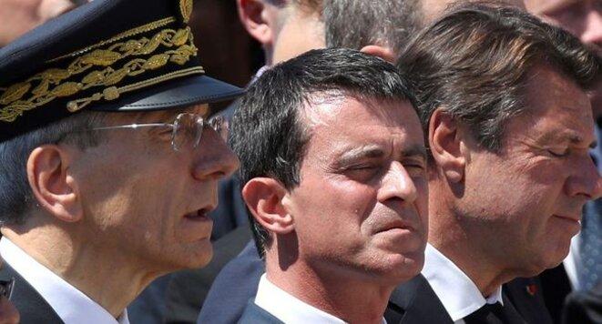 Manuel Valls entouré d'Adolphe Colrat, le préfet des Alpes Maritimes (à gauche) et de Christian Estrosi, le président de la région PACA (à droite)./ Photo AFP.