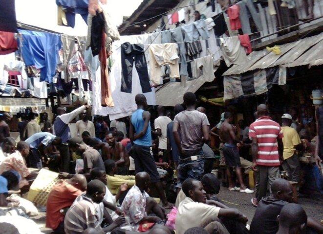 Photo prise clandestinement en décembre 2012 dans le quartier des hommes de la prison surpeuplée de Kondengui (Yaoundé), 4000 détenus pour 800 places. (Crédits photo : D.R)
