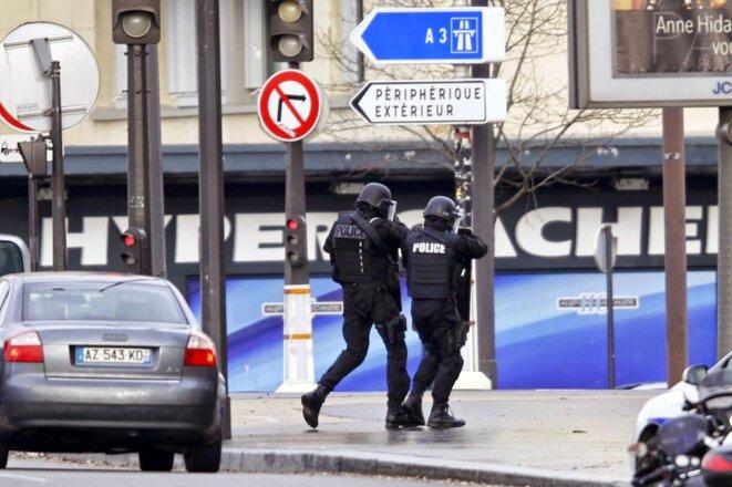 L'arrivée des forces de police à l'Hyper Cacher de la porte de Vincennes, le 9 janvier 2015.