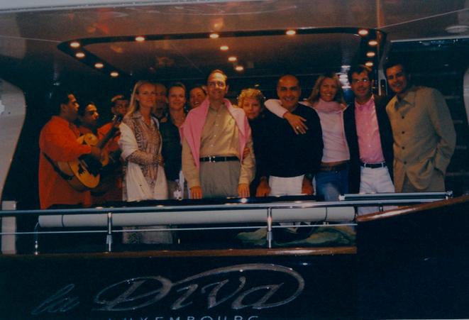 Pierre-Mathieu Duhamel (au centre) sur le yacht de Ziad Takieddine, en juillet 2002. © DR/Mediapart