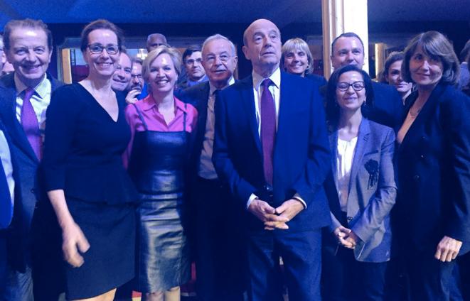Alain Juppé entouré de plusieurs de ses soutiens politiques lors du deuxième débat de la primaire, le 3 novembre. © Twitter/@alainjuppe
