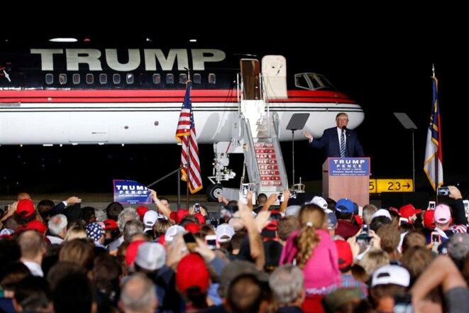 Trump en meeting en Caroline du Nord, sur le tarmac de l'aéroport de Kinston, le 26 octobre 2016. © REUTERS.