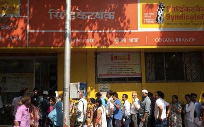 File d'attente dans une banque de Colaba, à Bombay, vendredi 11 novembre 2016 © GD