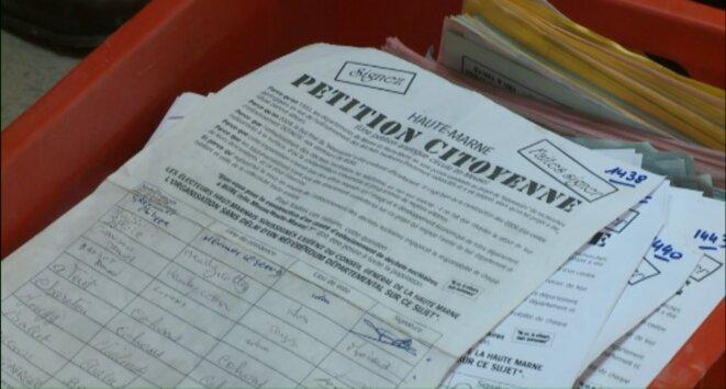 pétition demande référendum, Bure © TF1, Bar-le-Duc, 17/06/13