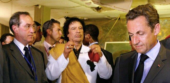 Claude Guéant, Mouammar Kadhafi y Nicolas Sarkozy, en julio de 2007, en Trípoli. © Reuters