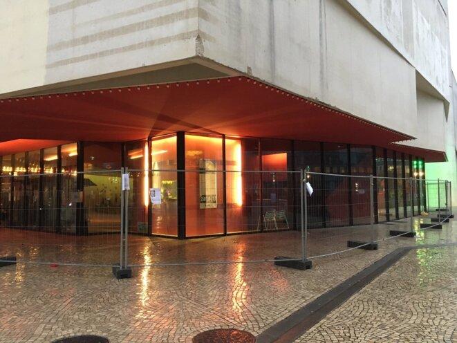 Le théâtre cerné de grilles anti-roms, Montreuil 15 novembre 2016 © AC