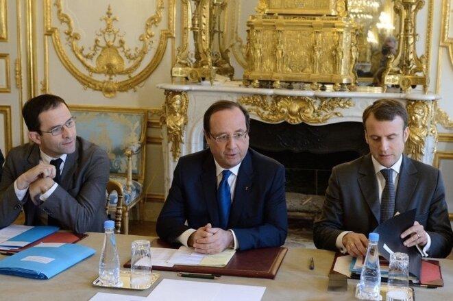 François Hollande entre Benoît Hamon et Emmanuel Macron, tous deux anciens ministres © .