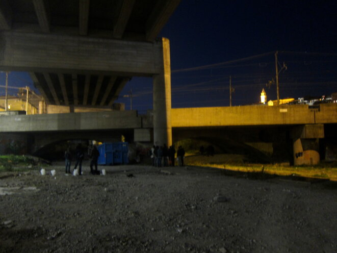 À Vintimille, des centaines d'hommes dorment sur les rives de la Roya, sous l'autoroute. © LF