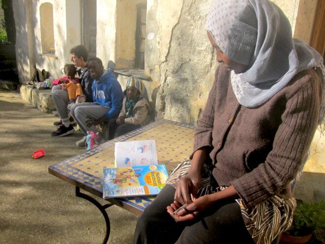Hossna, une Soudanaise de 36 ans, est hébergée depuis deux mois avec son mari et ses quatre enfants dans une maison de la vallée. © LF