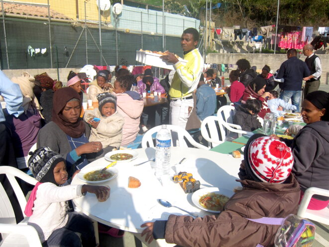 À Vintimille, la paroisse de San Antonio a ouvert son église aux familles, femmes seules et enfants isolés. © LF