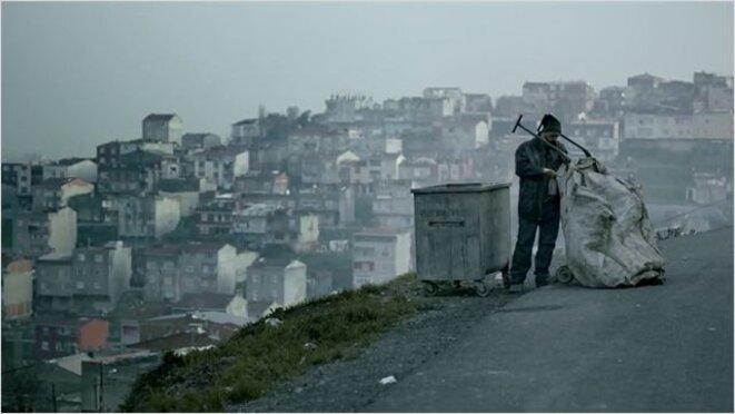 """""""Abluka"""" Kadir fouillant les poubelles à la recherche d'indices ..."""