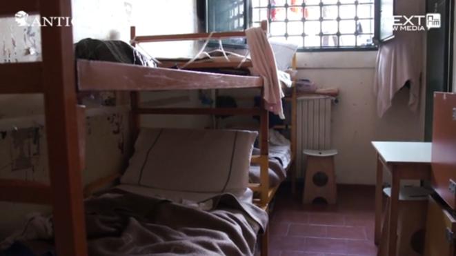Quand l'Italie a été condamnée, une cellule d'une personne pouvait en accueillir trois. Ici, on compte six couchettes superposées, dans un espace très réduit. © Antigone