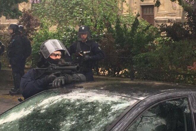 À Paris le 12 mai, un policier observe les manifestants contre la loi sur le travail, son LBD 40 dégainé © CG