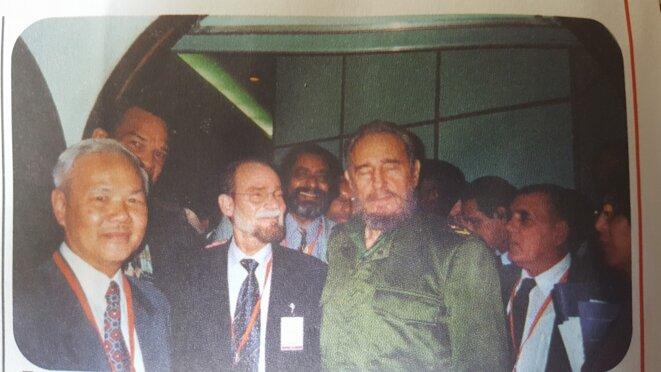 FIDEL CASTRO en Décembre 2001 au Sommet des Chefs d'États de la Caraïbe (AEC). À gauche : Joseph Ho T'en You - 1942-31/08/2014-  (1er vice Président du Conseil Général de la Guyane) ; À droite : Alfred Marie-Jeanne (Président du Conseil Régional de la Martinique), Alex Ferdinand, (à gauche) et derrière Michel Michalon.