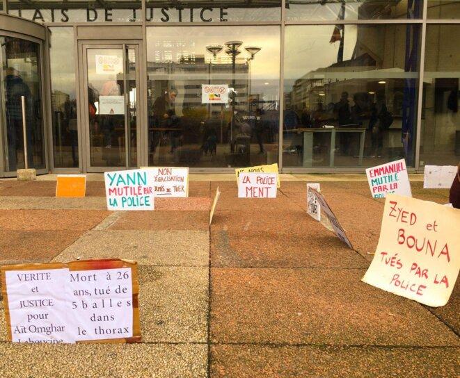 Pancartes disposées par le collectif 8 juillet devant le TGI de Bobigny © Collectif 8 juillet