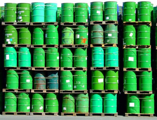 Des barils de pétrole entassés prêts à êtres commercialisés © Sergio Russo