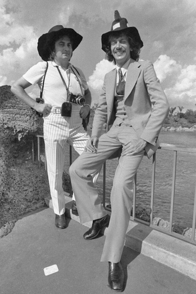 Hugues Vassal pose avec le chanteur Antoine © Hugues Vassal