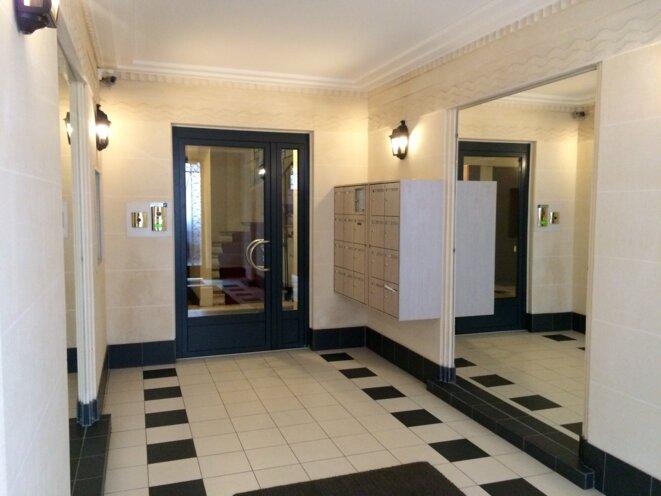Le hall d'immeuble de la résidence de Xavier Beulin, rue Bois-le-Vert à Paris © Kl