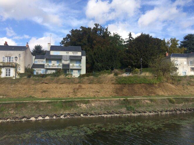 La résidence principale de Xavier Beulin, aux volets bleu ciel, chemin du Halage, face à la Loire, à Orléans © Kl