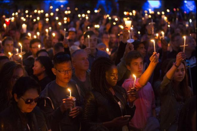 Une foule en deuil à San Francisco, Californie. © @AaaronHM