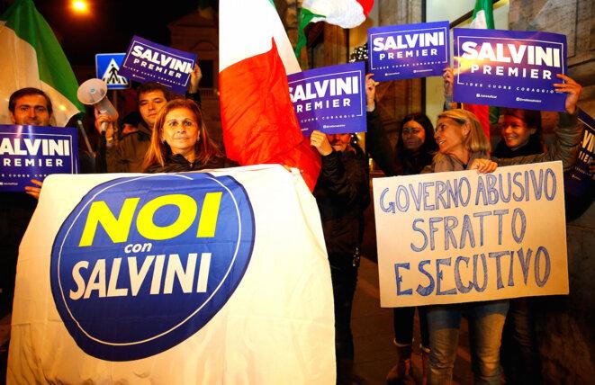 Des partisans du « non », dans la nuit à Rome. © REUTERS