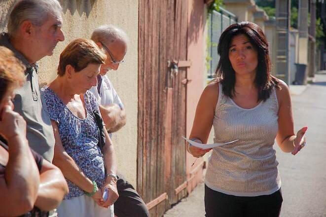 Samia Ghali, en 2013, avec des habitants de sa mairie des 15e et 16e arrondissements. © LF