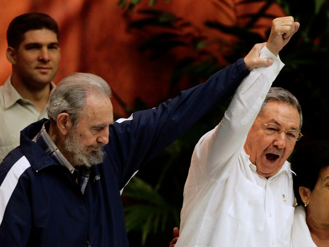 Fidel y Raúl Castro durante el congreso del Partido Comunista Cubano en 2011. © Reuters