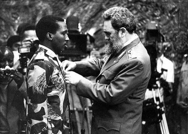 Fidel Castro décore Thomas Sankara de la médaille de l'ordre de José Marti en septembre 1984