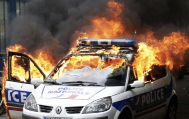 La voiture de police incendiée mercredi 18 mai à Paris © Reuters