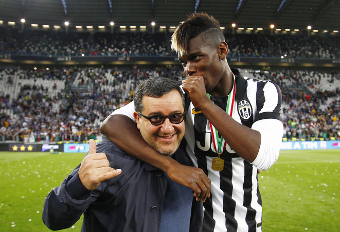 Paul Pogba et son agent Mino Raiola sur la pelouse du Juventus Stadium de Turin le 23 juin 2015. © LaPresse - Spada