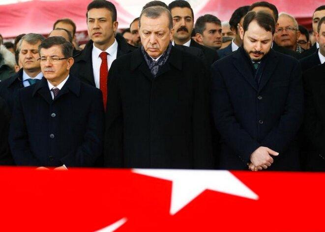 12 décembre. Le président Erdogan assiste à des funérailles de victimes de l'attentat d'Istanbul, en compagnie de son ancien premier ministre et de son gendre, par ailleurs ministre de l'énergie © Reuters