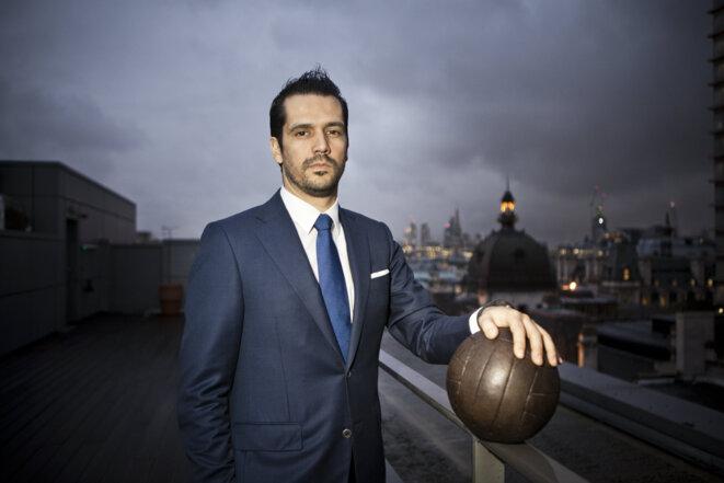 Nelio Lucas, copatron et figure publique de Doyen Sports, sur le toit des bureaux du groupe à Londres. © Challenges/REA