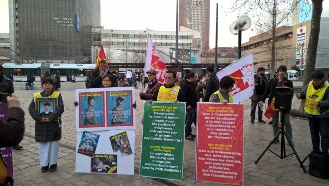 Les syndicalistes et militants Coréens devant la gare Part Dieu à Lyon © Rémi Liechti