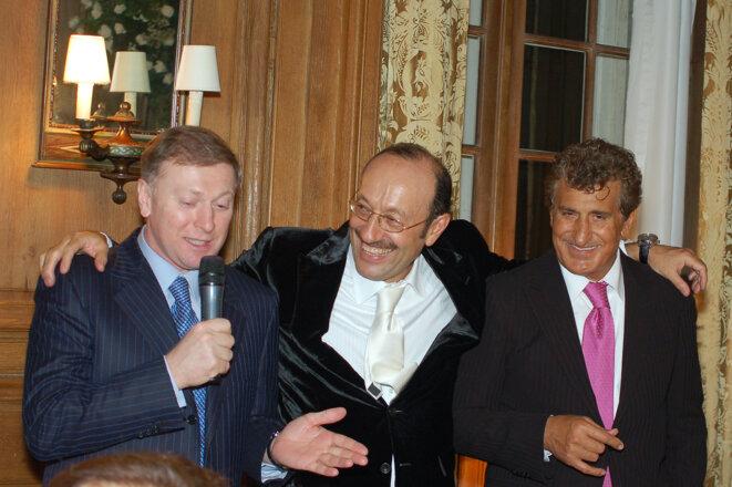 De gauche à droite : l'oligarque russe Musa Bazhaev, Alexander Mashkevitch et Tevfik Arif, lors d'une soirée privée à Bruxelles en 2009. Chacun des trois hommes a un accès direct à un président, respectivement Vladimir Poutine (Russie), Noursoultan Nazarbaïev (Kazakhstan) et Recep Erdogan (Turquie) © EIC