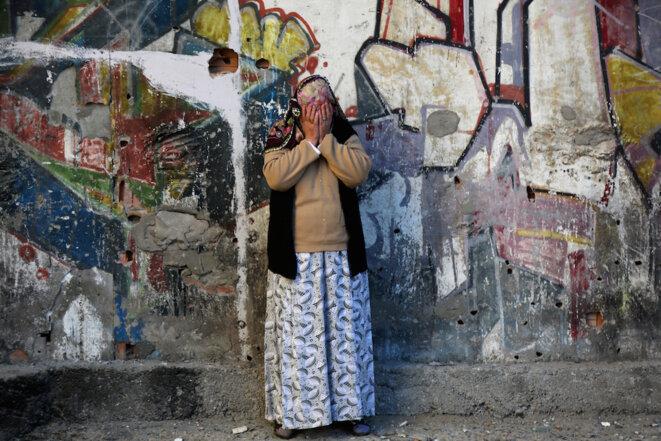 Une femme pleure après une explosion à Diyarbakir © Reuters