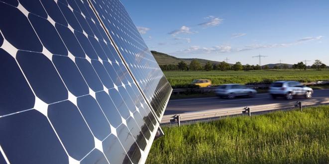 Panneau solaire au bord d'une route © @SolarEnergyNet