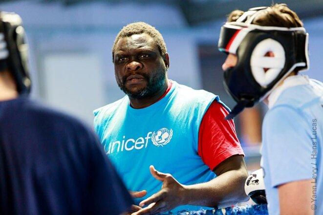 Joe Siluvangi à l'entraînement avec des jeunes boxeurs de la THZ. © Yann Levy / Hans Lucas