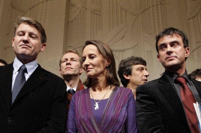 Peillon et Hamon entourent Ségolène Royal, le 25 novembre 2008 à la Mutualité, après la proclamation de leur défaite au congrès du PS. © Reuters