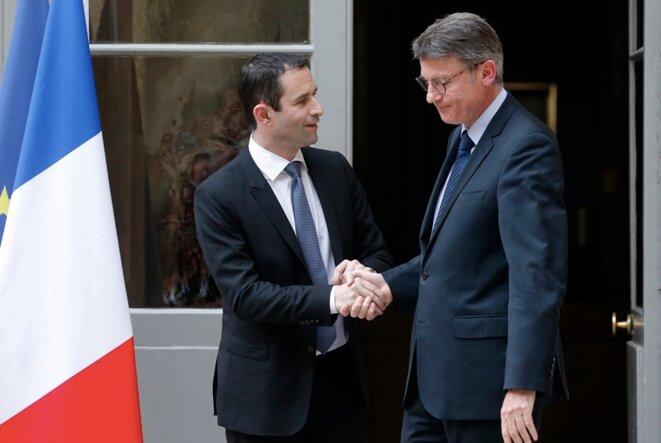 Hamon et Peillon, lors de la passation de pouvoirs au ministère de l'éducation, le 2 avril 2014. © Reuters