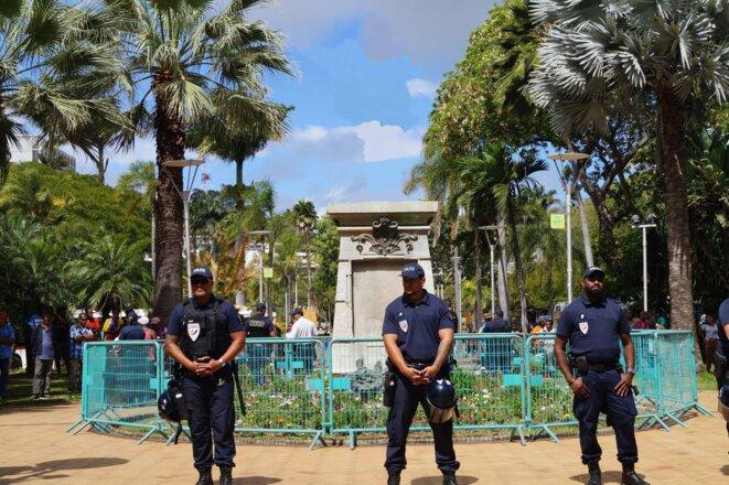 La statue absente du Square Olry (Place des cocotiers à Nouméa) après son déboulonnage encore à l'ordre du jour. en janvier 2017.